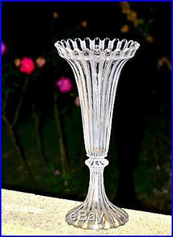Baccarat. Grand vase cornet en cristal, à décor de côtes alternées (37cm)