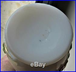 Baccarat XIXèmeVase opaline de cristal soufflé/moulé décor de fleurs en relief