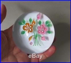 Presse Papier Sulfure Baccarat, décor de fleurs. Superbe