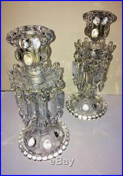 Ravissante paire de bougeoirs à pampilles en cristal de Baccarat. Candlesticks